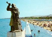 Il monumento al pescatore,opera di Cleto Capponi,collocata nel punto in cui la passeggiata turistica del lungomare si innesta sul braccio sud del bacino portuale