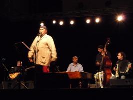 Moni Ovadia durante lo spettacolo a San Benedetto del Tronto