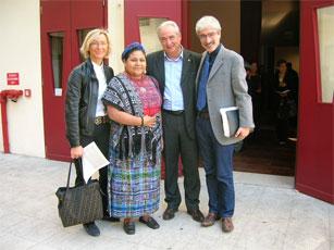 Rigoberta Menchù con il Presidente della Provincia Massimo Rossi, l'assessore comunale alla cultura, Margherita Sorge e