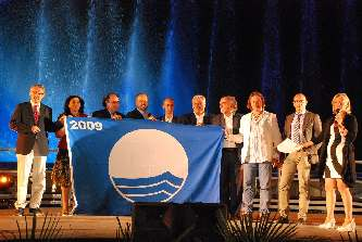 Momento della consegna della Bandiera Blu