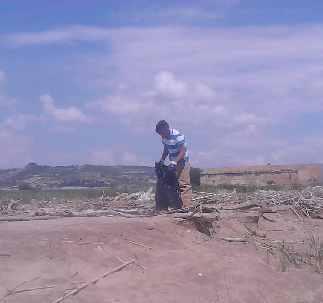 I detenuti puliscono la spiaggia della Sentina