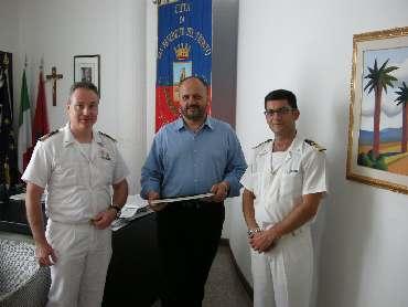 il Sindaco con il comandante della Capitaneria di Porto uscente e il suo successore