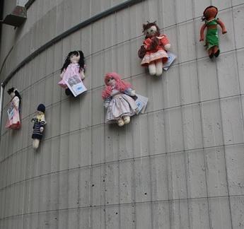 Una bambola per ogni donna violata