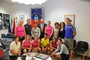 Il sindaco Gaspari con la nazionale svizzera femminile di sci