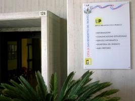 La segnaletica all'ingresso del Comune