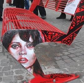 "Inaugurata in piazza Matteotti la ""panchina rossa"""