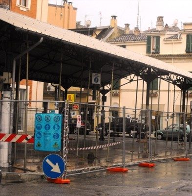 Nuovi pilastri in acciaio per Piazza Pazienza
