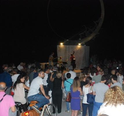Scultura Viva, oltre 200 persone per il concerto jazz al molo sud