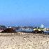 Si portano via i detriti dalla spiaggia, ma altri ne arrivano