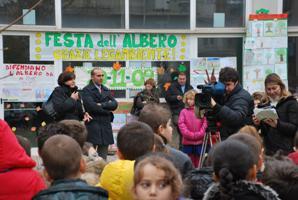 La troupe di Uno Mattina riprende i bambini alla Festa dell'Albero
