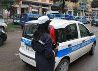 Gli agenti della Polizia Municipale impegnati in un'azione anti - abusivismo commerciale