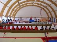 Una foto dell'interno della tensostruttura per la ginnastica artistica