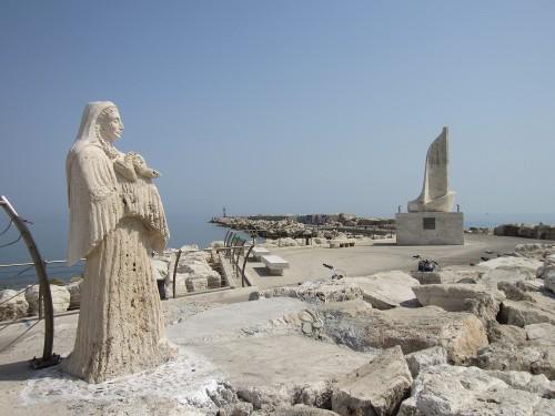 Madonna con bambino e Monumento a Mons. Sciocchetti